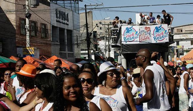 Familiares e vizinhos se divertem nas ruas do bairro - Foto: Margarida Neide l Ag. A TARDE
