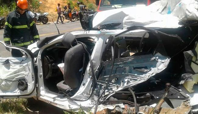Os Bombeiros estiveram no local da batida para socorrer as duas vítimas do veículo menor - Foto: Reprodução | Teixeira News