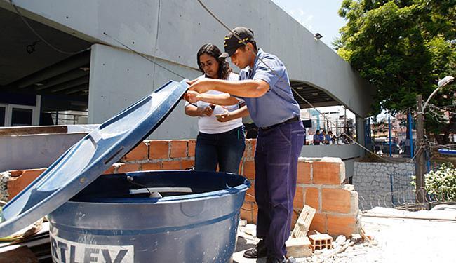 Moradora da Liberdade observa inspeção realizada por preposto da campanha - Foto: Raul Spinassé l Ag. A TARDE