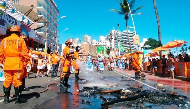 No ato desta segunda, Bombeiros foram encaminhados por conta de objetos incendiados - Foto: Raul Spinassé   Ag. A TARDE