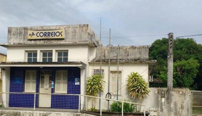 Os criminosos quebraram a janela lateral, arrombaram um cofre e levaram R$ 10 mil - Foto: Portal Guaiamum