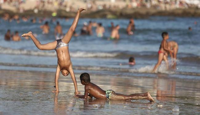 É preciso ter cuidado com as crianças no mar e piscina - Foto: Joá Souza | Arquivo 06/09/2015 | Ag. A TARDE