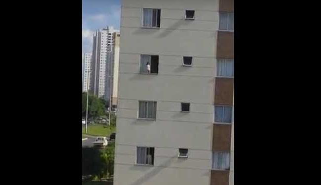 Conselho tutelar informa que janela tem rede de proteção - Foto: Reprodução   Youtube