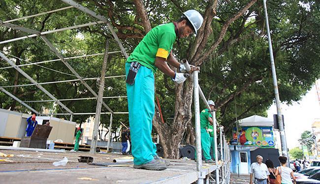 Operários trabalham na desmontagem no Campo Grande - Foto: Joá Souza l Ag. A TARDE