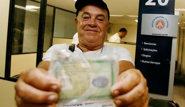 O corretor de imóveis José Mendes ficou feliz ao recuperar a carteira profissional - Foto: Mila Cordeiro l Ag. A TARDE