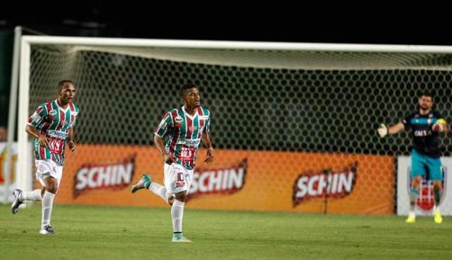 Enquanto o goleiro do Leão lamenta, seu xará do Flu (centro) festeja o gol do jogo - Foto: Raul Spinassé | Ag. A TARDE