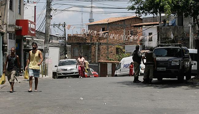 Policiais da 41ª CIPM montaram guarda no final de linha - Foto: Edilson Lima   Ag. A TARDE