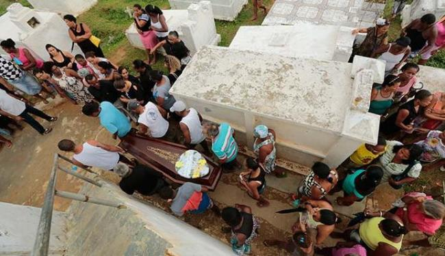 Irmãos foram enterrados nesta sexta-feira, 19 - Foto: Lucas Melo | Ag. A TARDE