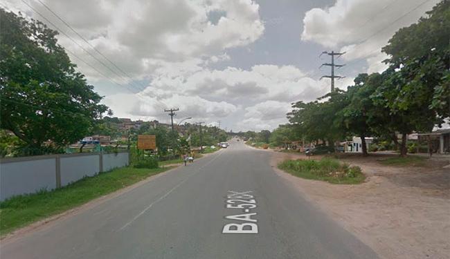 A vítima foi atingida em tiroteio na Estrada da Base Naval, bairro de São Tomé de Paripe - Foto: Reprodução   Street View