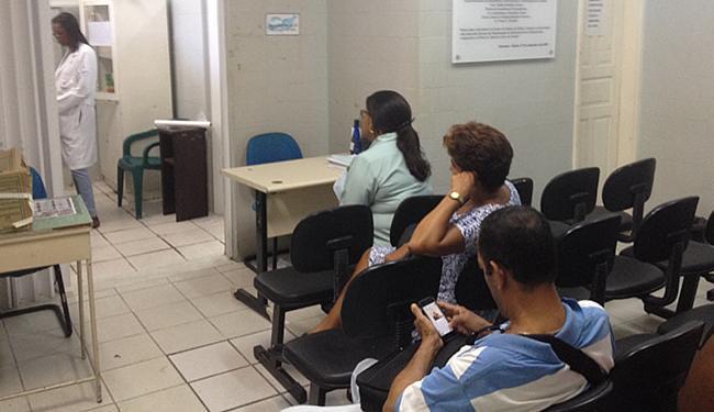 Pacientes aguardavam receber medicamentos no Manoel Victorino, nesta terça-feira, 16 - Foto: Anderson Sotero l Ag. A TARDE