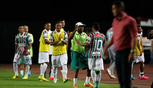 Comissão e atletas do Touro do Sertão festejam gol contra o Leão - Foto: Raul Spinassé l Ag. A TARDE
