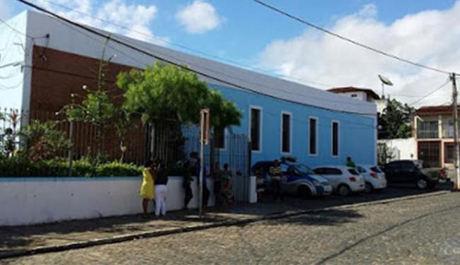 Bandidos entraram no cartório da Vara Crime por meio de uma pequena janela do imóvel - Foto: Site Giro em Ipiaú