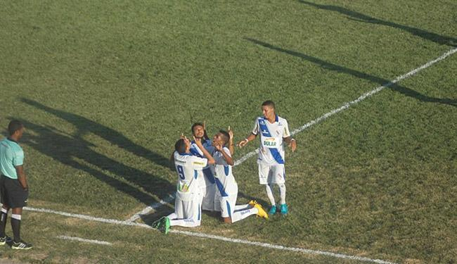 Ajoelhados, jogadores do Azulino celebram o 2º gol no triunfo de 2 a 0 sobre a Jacuipense - Foto: Hilton Oliveira l Divulgação