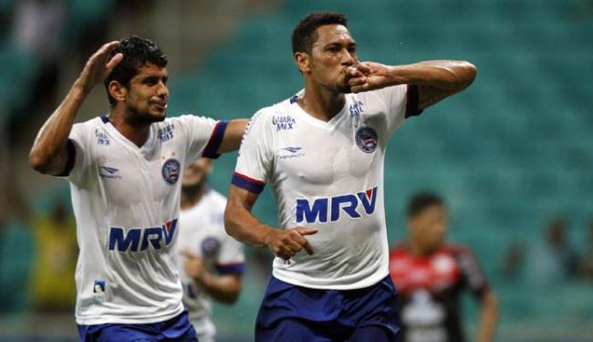 Hernane fez o segundo gol tricolor com categoria, batendo de primeira - Foto: Raul Spinassé | Ag. A TARDE