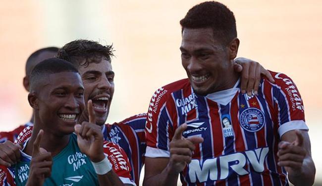 Hernane (D) comemora gol contra a Juazeirense, na estreia, dançando sucesso Metralhadora - Foto: Lúcio Távora l Ag. A TARDE l 31.01.2016