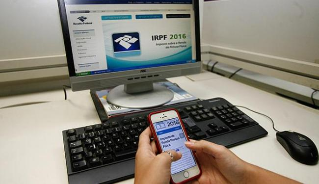 Os programas de preenchimento e transmissão do IR podem ser baixados no site da Receita da internet - Foto: Mila Cordeiro l Ag. A TARDE