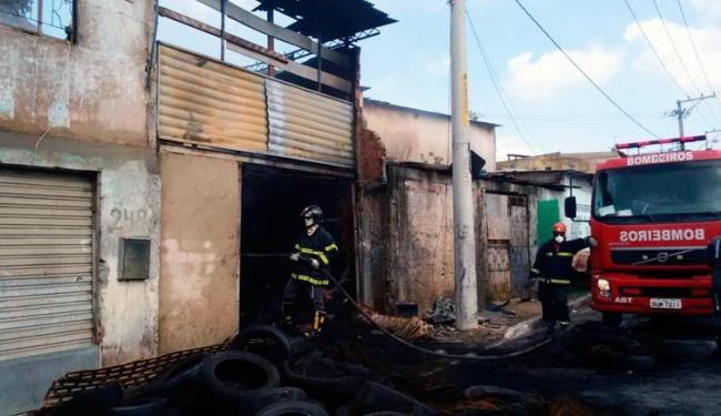 Bombeiros fazem rescaldo dos últimos focos do incêndio - Foto: Edílson Lima | Ag. A TARDE