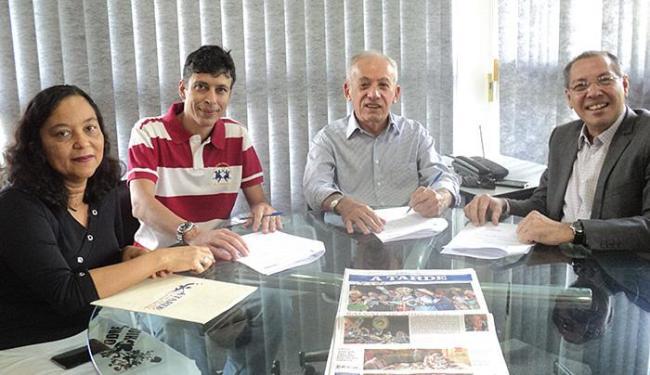 Prefeito Ivan Cedraz (de camisa cinza) e representantes do Grupo A TARDE assinaram convênio - Foto: Flávia Barreto l Ag. A TARDE