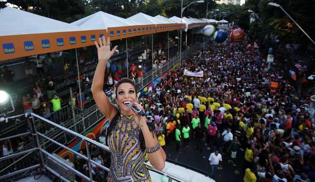 Cantora comanda uma multidão no Campo Grande - Foto: Raul Spinassé   Ag. A TARDE