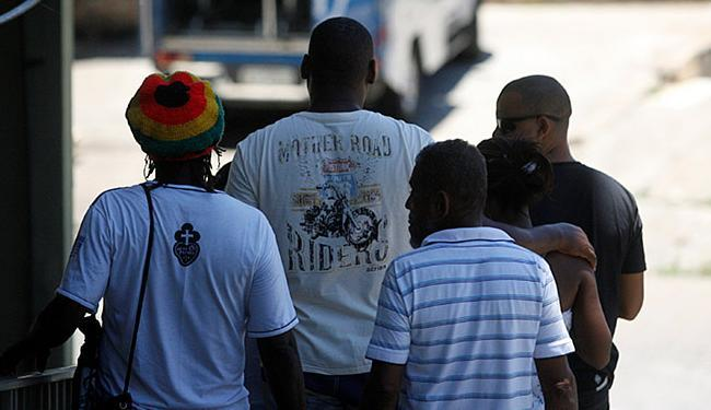 Familiares estiveram no IML para liberar o corpo de Jeferson Veiga nesta terça-feira, 9 - Foto: Fotos Luiz Tito l Ag. A TARDE