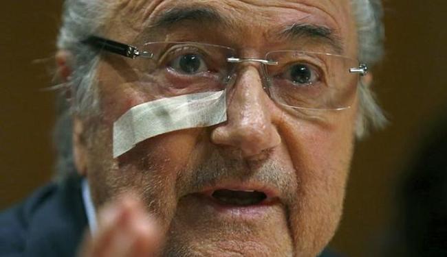 Blatter, reeleito no ano passado, foi suspenso por oito anos por violações de ética - Foto: Arnd Wiegmann l Reuters