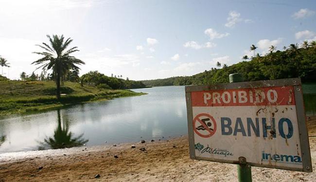 Placa no parque da orla de Salvador indica a proibição para banhistas no local - Foto: Mila Cordeiro l Ag. A TARDE
