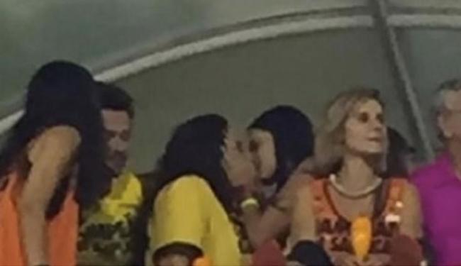 Leticia é flagrada aos beijos com Ana Carolina e tenta disfarçar dizendo que foi apenas um selinho - Foto: Reprodução l EGO