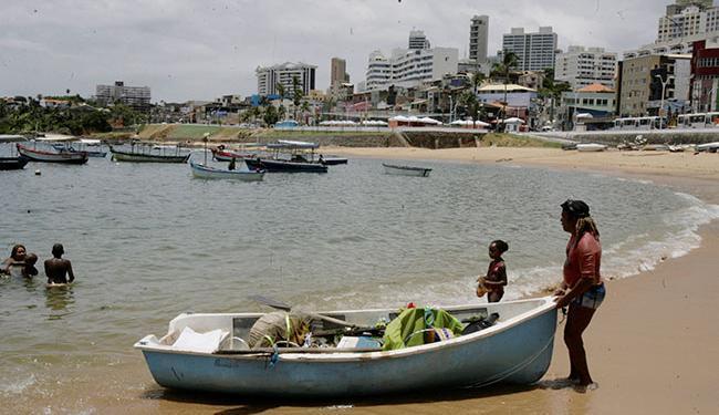 Além de agentes da Limpurb, um grupo de mergulhadores limpou a praia na manhã desta quarta - Foto: Luciano da Matta | Ag. A TARDE