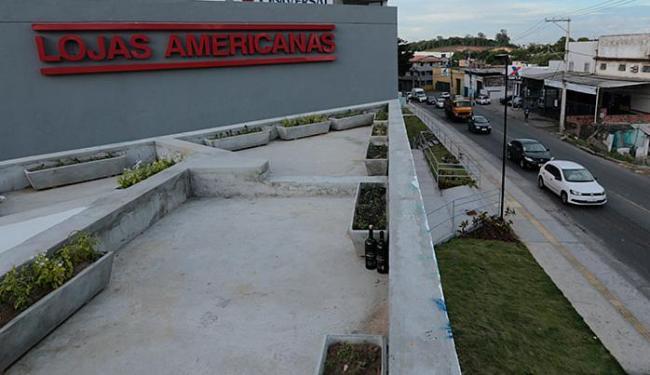 Homem entrou correndo após roubar a Loja Americanas de Campinas de Pirajá, segundo a PM - Foto: Lucas Melo l Ag A TARDE