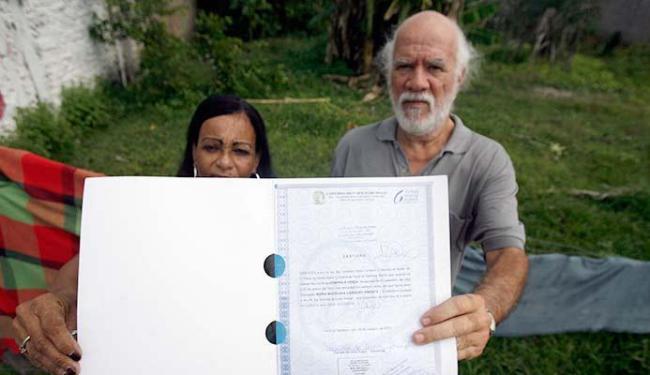 O casal Maria Madalena e Ricardo Fernandes tentou vender o terreno em 2015 - Foto: Luiz Tito | Ag. A TARDE