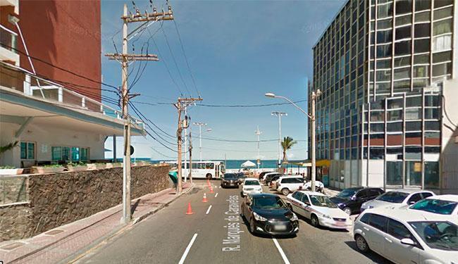 Segundo a polícia, o crime aconteceu próximo ao Hotel Monte Pascoal (à esquerda) - Foto: Reprodução   Street View