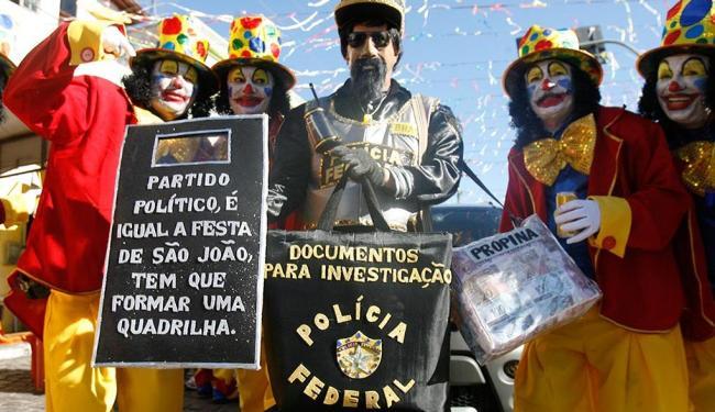 Na tradicional folia dos mascarados, em Maragogipe, a política e os políticos foram alvos de um povo - Foto: Luiz Tito | Ag. A TARDE
