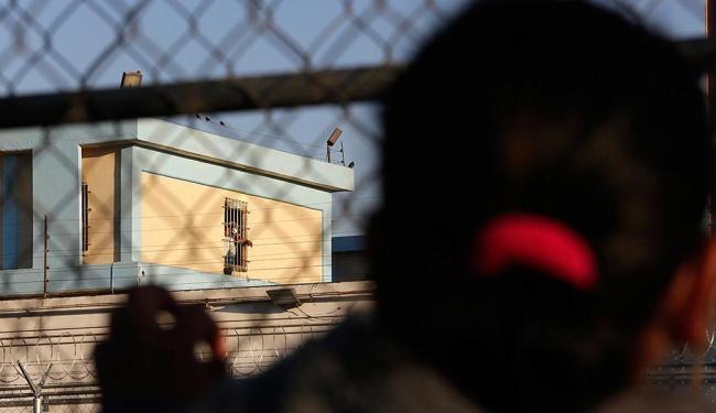 Parentes dos presos aguardam notícia em frente à penitenciária - Foto: Daniel Becerril | Reuters | 11.02.2016