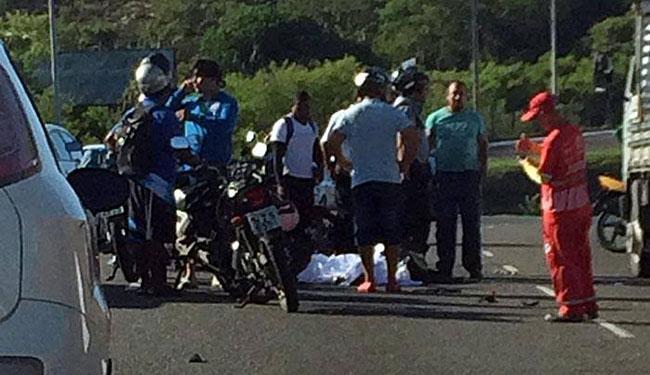 O Serviço de Atendimento Móvel de Urgência esteve no local, mas o homem já estava  morto - Foto: Alfonso Fernandes| Trânsito Salvador Oficial | Via WhatsApp