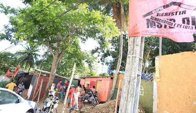 Cerca de 350 famílias estão na área anexa ao condomínio Bosque Imperial, na Av. São Rafael - Foto: Joá Souza l Ag. A TARDE