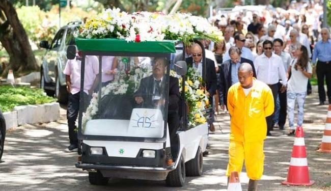 Caixão seguiu até o crematório sob muitos aplausos - Foto: Raul Spinassé | Ag. A TARDE