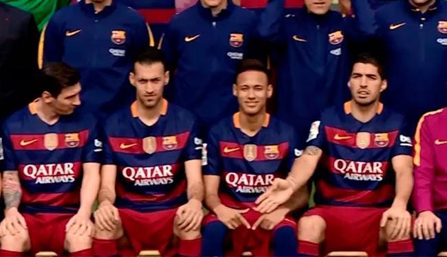 Suárez reclama com Neymar e ele muda pose na foto oficial do clube - Foto: Divulgação