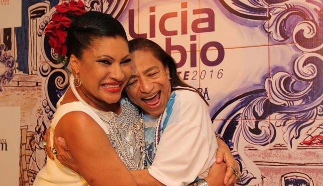 O abraço afetuoso entre Licia Fabio e Marta Góes - Foto: Tati Freitas | Divulgação