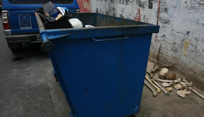 Os restos mortais foram encontrados em uma caixa de papelão dentro de um Container - Foto: Edilson Lima l Ag. A Tarde