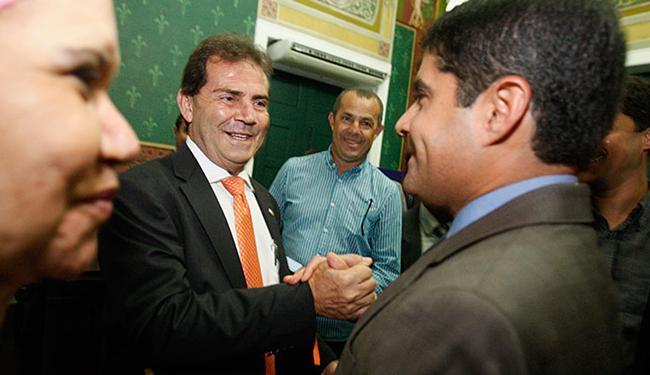 Paulinho da Força (SD-SP) recebe cumprimentos do prefeito ACM Neto na Câmara - Foto: Joa Souza l Ag. A TARDE