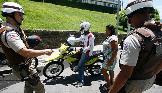 Abordagens de PMs estão sendo feitas também em vias que dão acesso aos principais circuitos - Foto: Luiz Tito l Ag. A TARDE