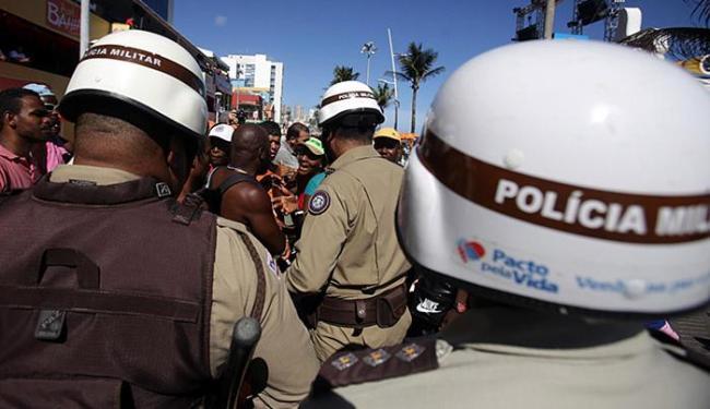 Grupo de PMs age rápido durante briga na orla - Foto: Raul Spinassé l Ag. A TARDE
