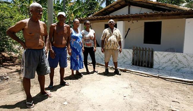 O pescador Manoel da Hora dos Santos e familiares, em frente à casa dele - Foto: Adilton Venegeroles l Ag. A TARDE