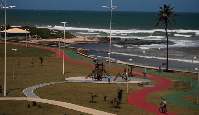 Praia da Boca do Rio está entre as impróprias - Foto: Raul Spinassé | Ag. A TARDE