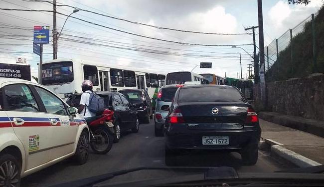 Protesto de moradores deixa o trânsito travado na avenida São Rafael nesta manhã - Foto: Via WhatsApp | Jonas Oliba | Grupo Trânsito de Salvador