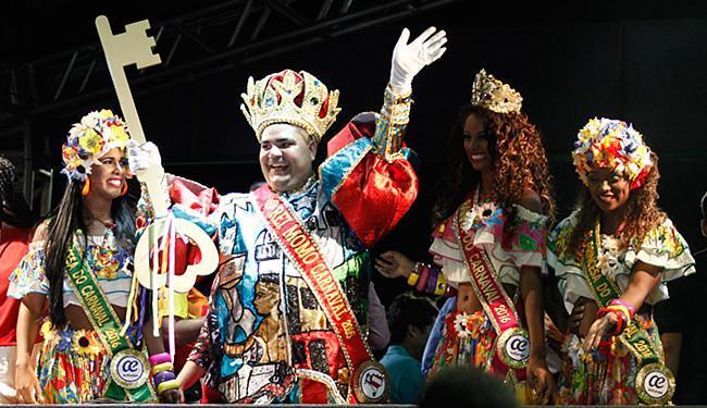 Monarca da esbórnia brande a chave da cidade - Foto: Raul Spinassé l Ag. A TARDE