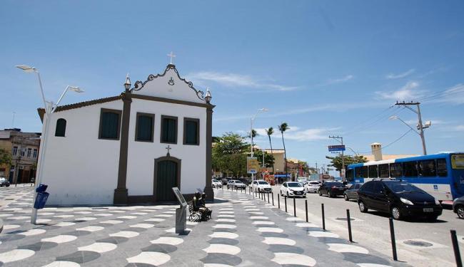 No largo de Santana, a igreja católica recebeu um novo calçamento ao redor - Foto: Raul Spinassé | Ag. A TARDE