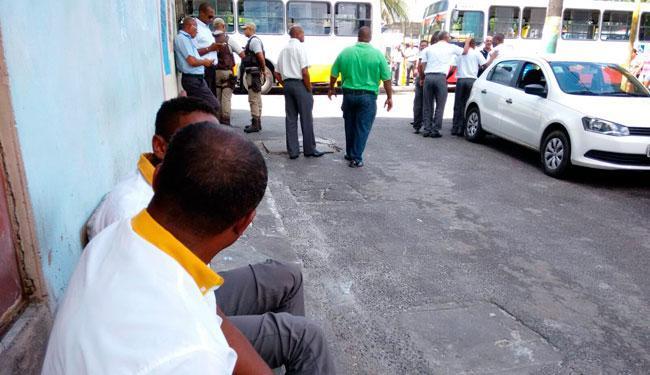 Após tiros, rodoviários pararam de rodar na Fazenda Grande do Retino pela manhã - Foto: Edilson Lima | Ag. A TARDE