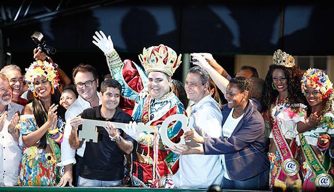 Governador e prefeito entregaram a simbólica chave da cidade ao Rei Momo - Foto: Raul Spinassé | Ag. A TARDE