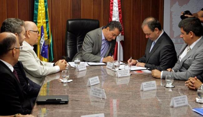 Governador e dirigentes da Bridgestone assinaram protocolo de intenções para ampliação da unidade - Foto: Alberto Coutinho | GovBA